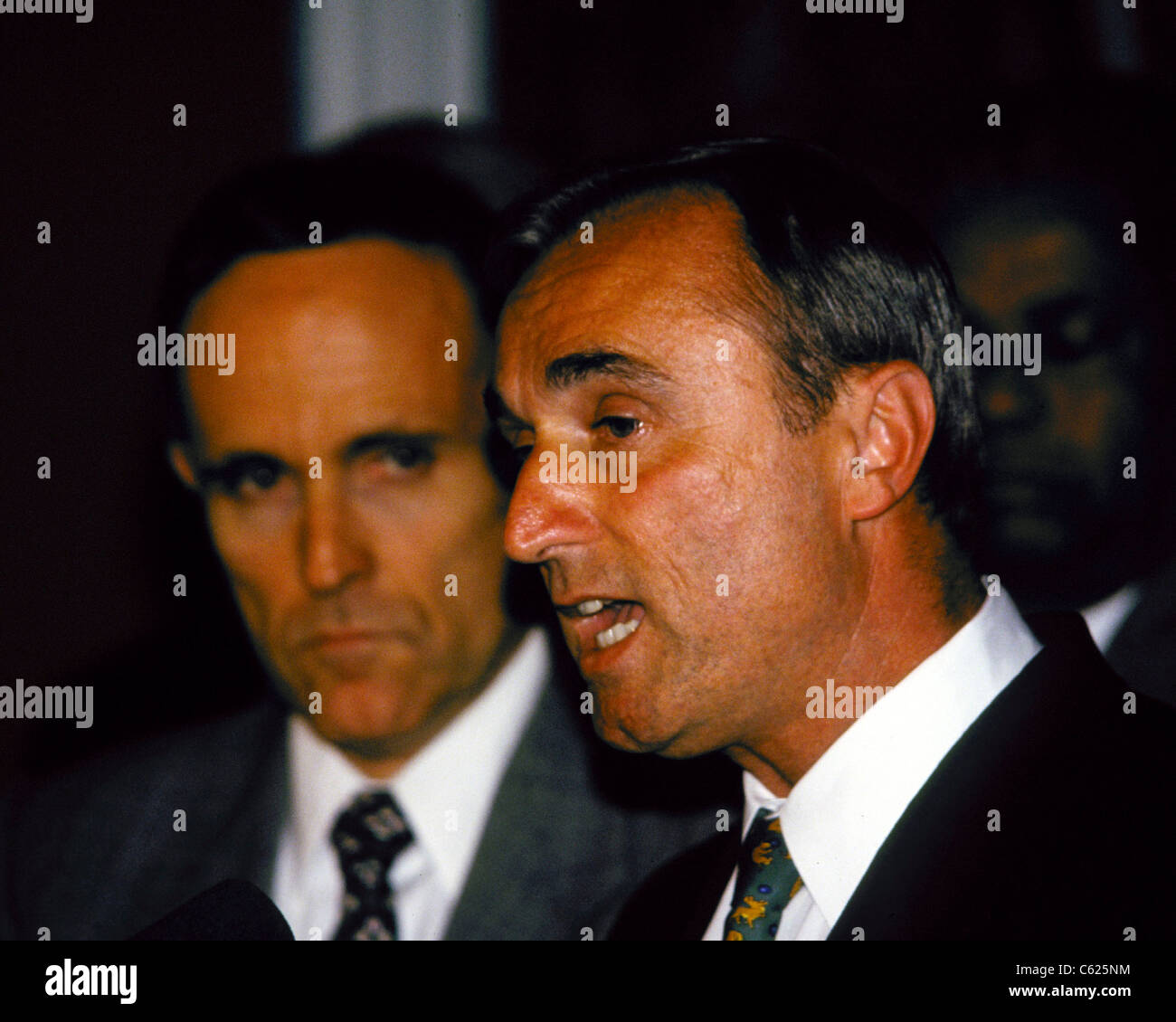Police Comm. William Bratton appears with Mayor Rudy Giuliani at a news conference - Stock Image