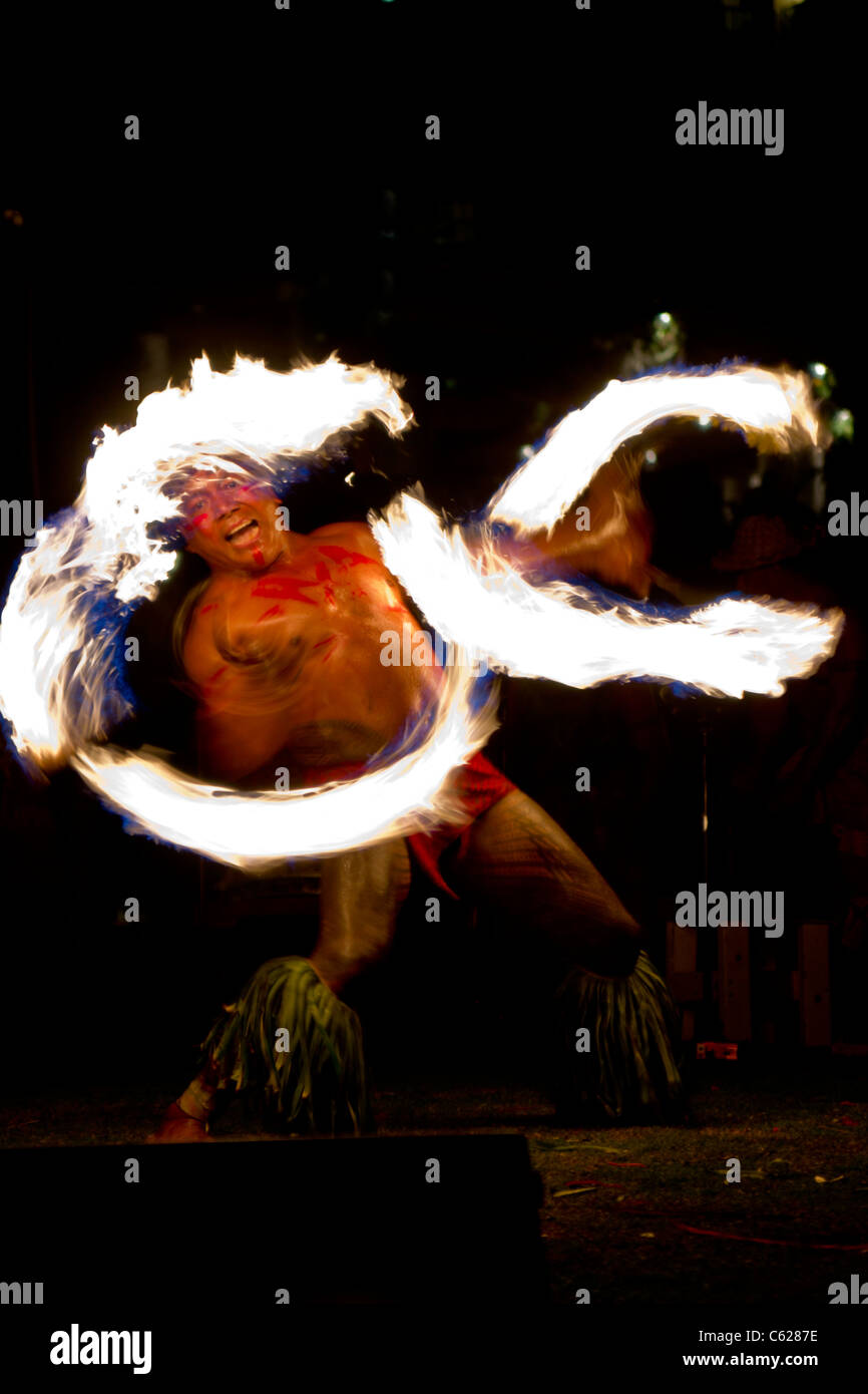 Chief Sielu Avea performs fire knife dance during FiaFia show at Ko' Olina Beach Club - Stock Image