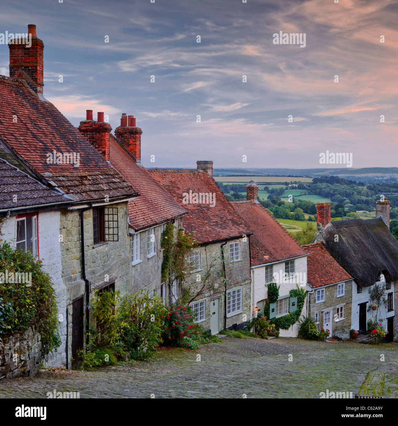 The iconic and classic view from Gold Hill in Shaftesbury, Dorset. The houses here date from the 17th century. - Stock Image