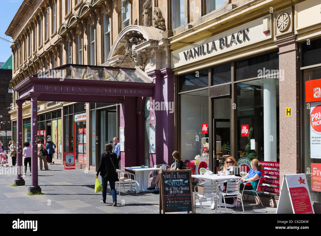 Cafe outside the McLellan Galleries on Sauchiehall Street in the city centre, Glasgow, Scotland, UK - Stock Image