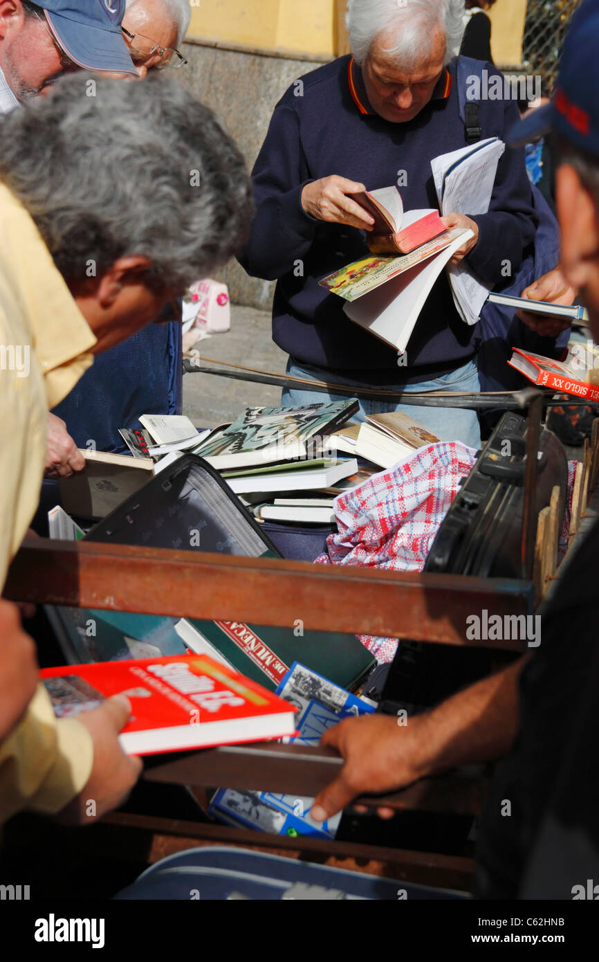 Secondhand books on stall in famous street market in calle Feria in barrio Macarena, Seville, Spain, Europe - Stock Image