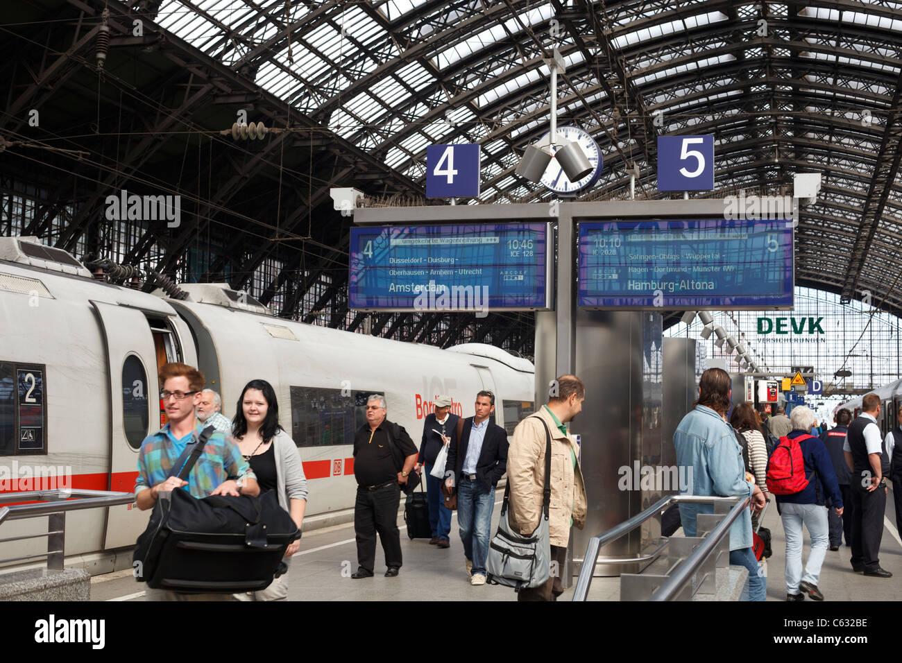 Train travelers on a station platform at the Frankfurt Hauptbahnhof, Germany. - Stock Image