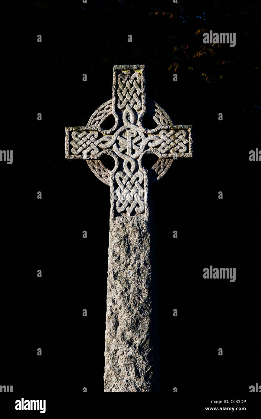 Celtic knot work war memorial cross, Waddesdon, Aylesbury , Buckinghamshire , England. Spot metered - Stock Image