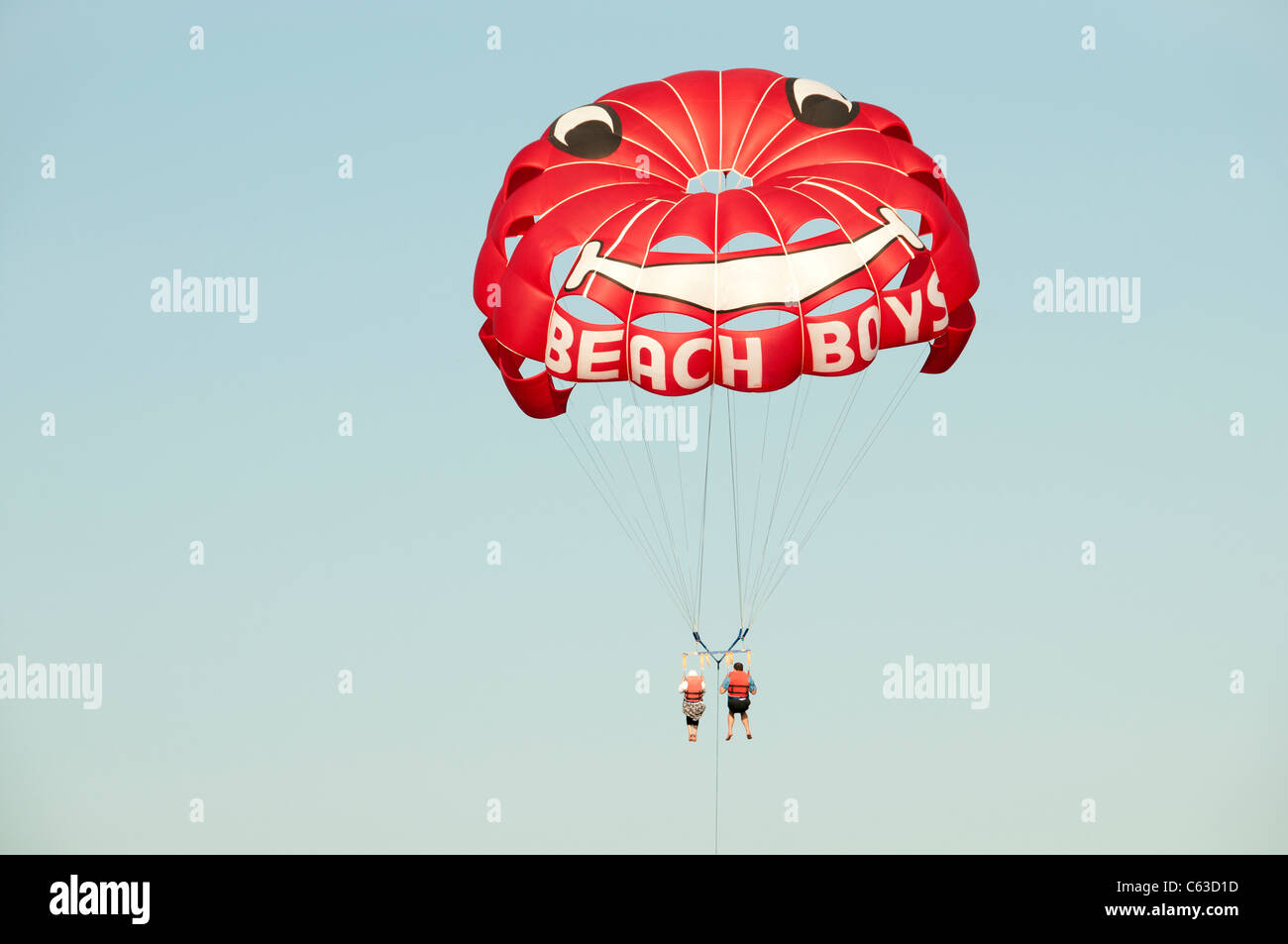 Turkey Sea parasail para sail flying beach boat  beach boys - Stock Image