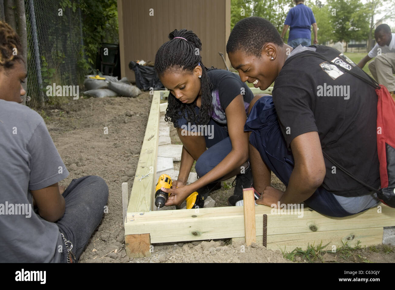 'Brightening Brightmoor' neighborhood summer project employs local youth and an international group of volunteers - Stock Image