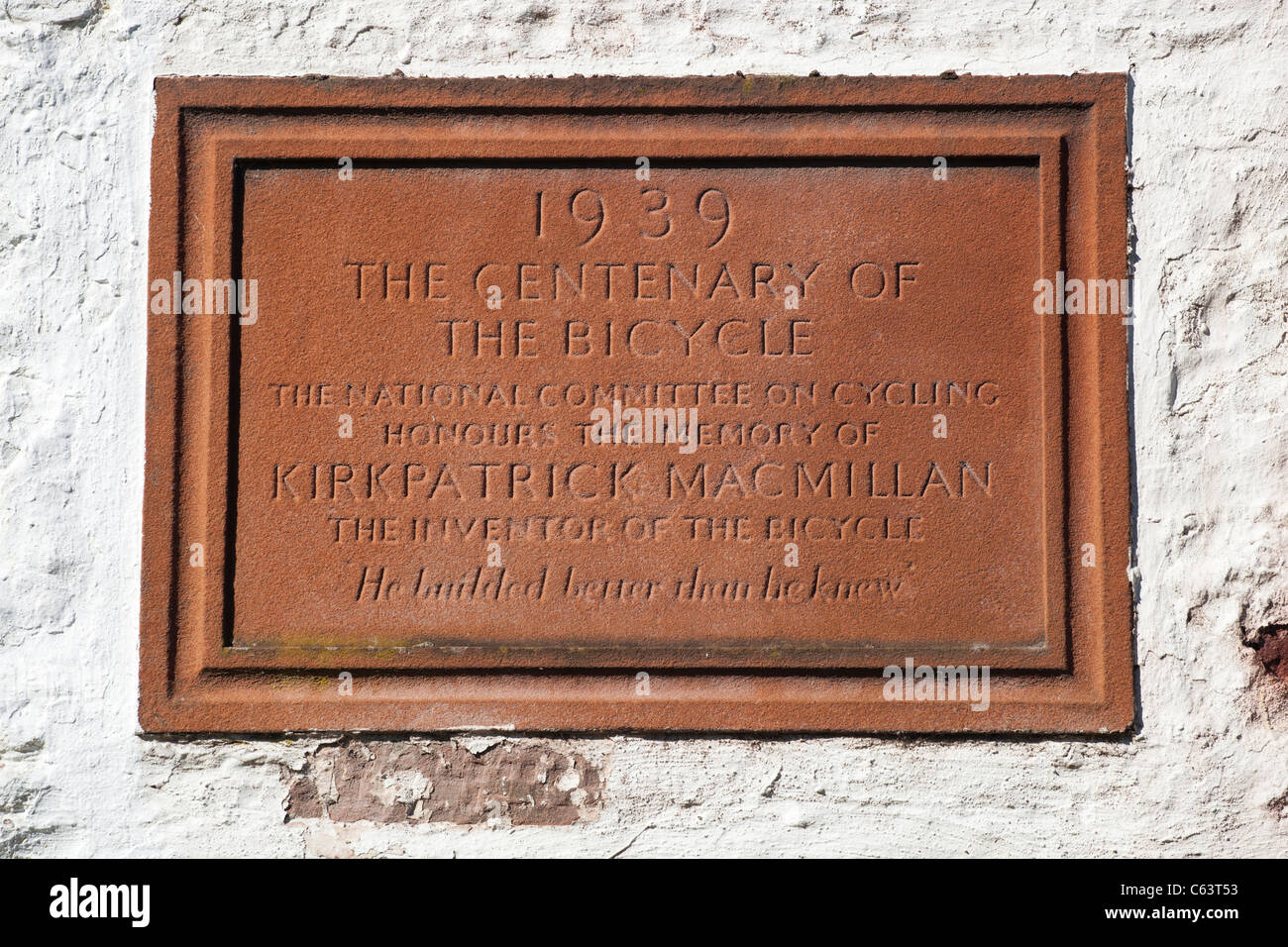 Plaque to the inventor of the bicycle Kirkpatrick Macmillan on side of Courthill Smithy near Keir Mill Scotland - Stock Image