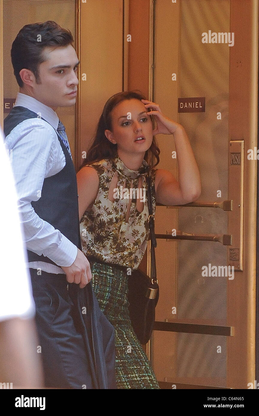 Ed Westwick, Leighton Meester, rehearse a scene at the 'Gossip Girl' film set in the Upper West Side of Manhattan Stock Photo