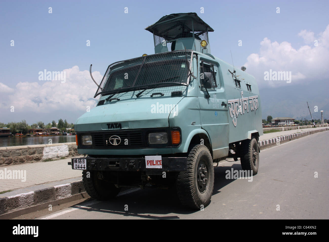 Armoured car from the Indian Central Reserve Police Force guards the lakeside road in Srinagar during Kashmir civil - Stock Image