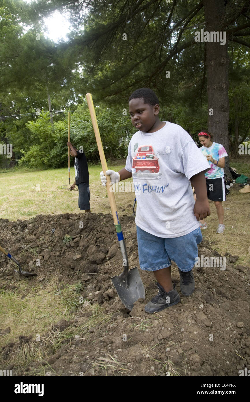 Brightening the Brightmoor neighborhood summer project employs local youth and an international group of volunteers - Stock Image