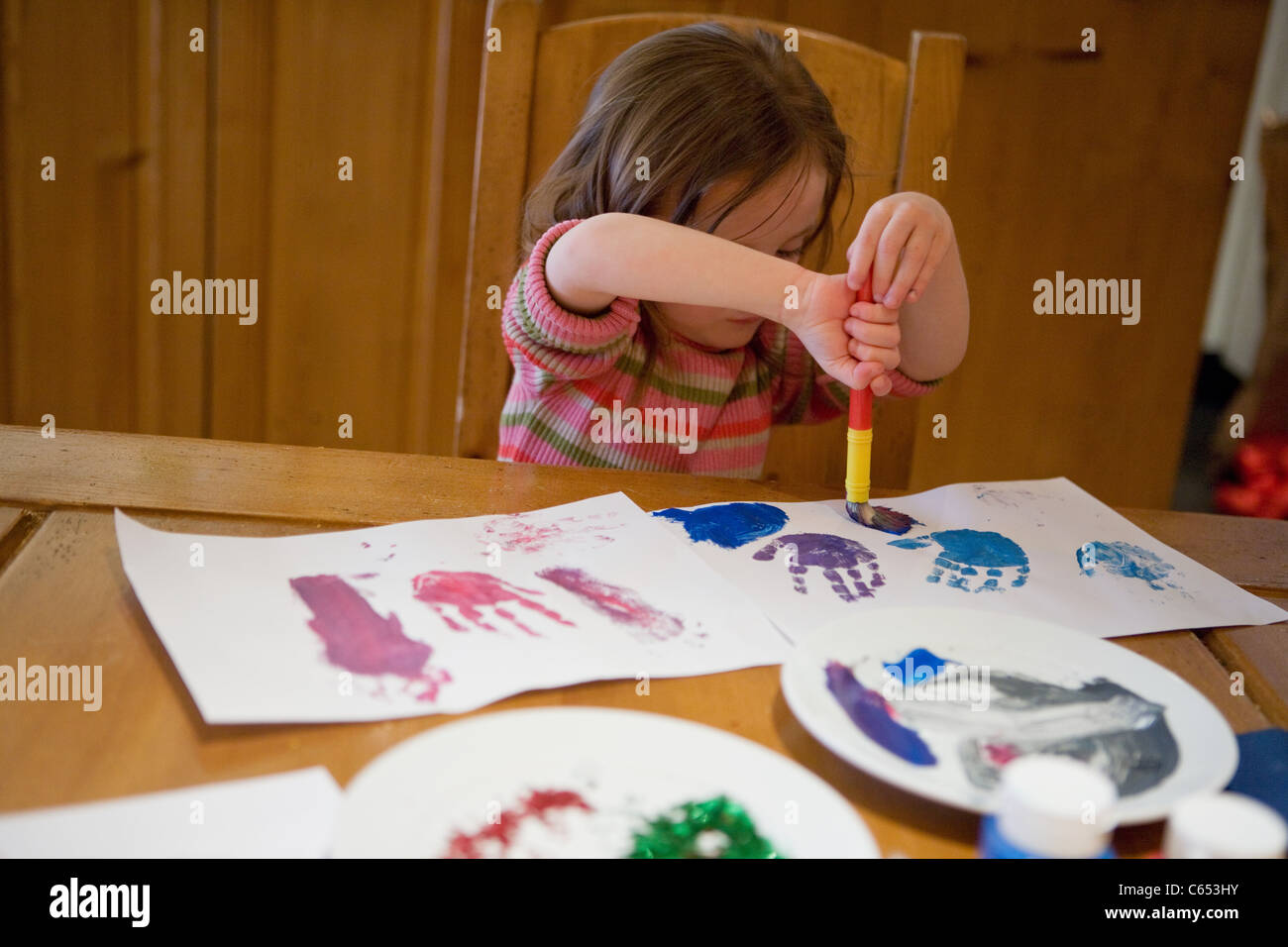 Young girl painting pictures - Stock Image