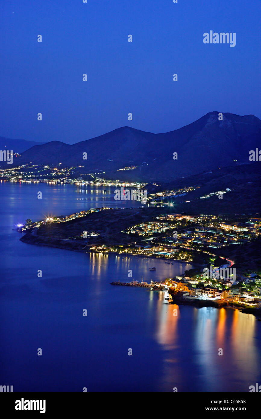 Night view of Mirabello Gulf, with Plaka in the foreground and Elounda in the background - Stock Image