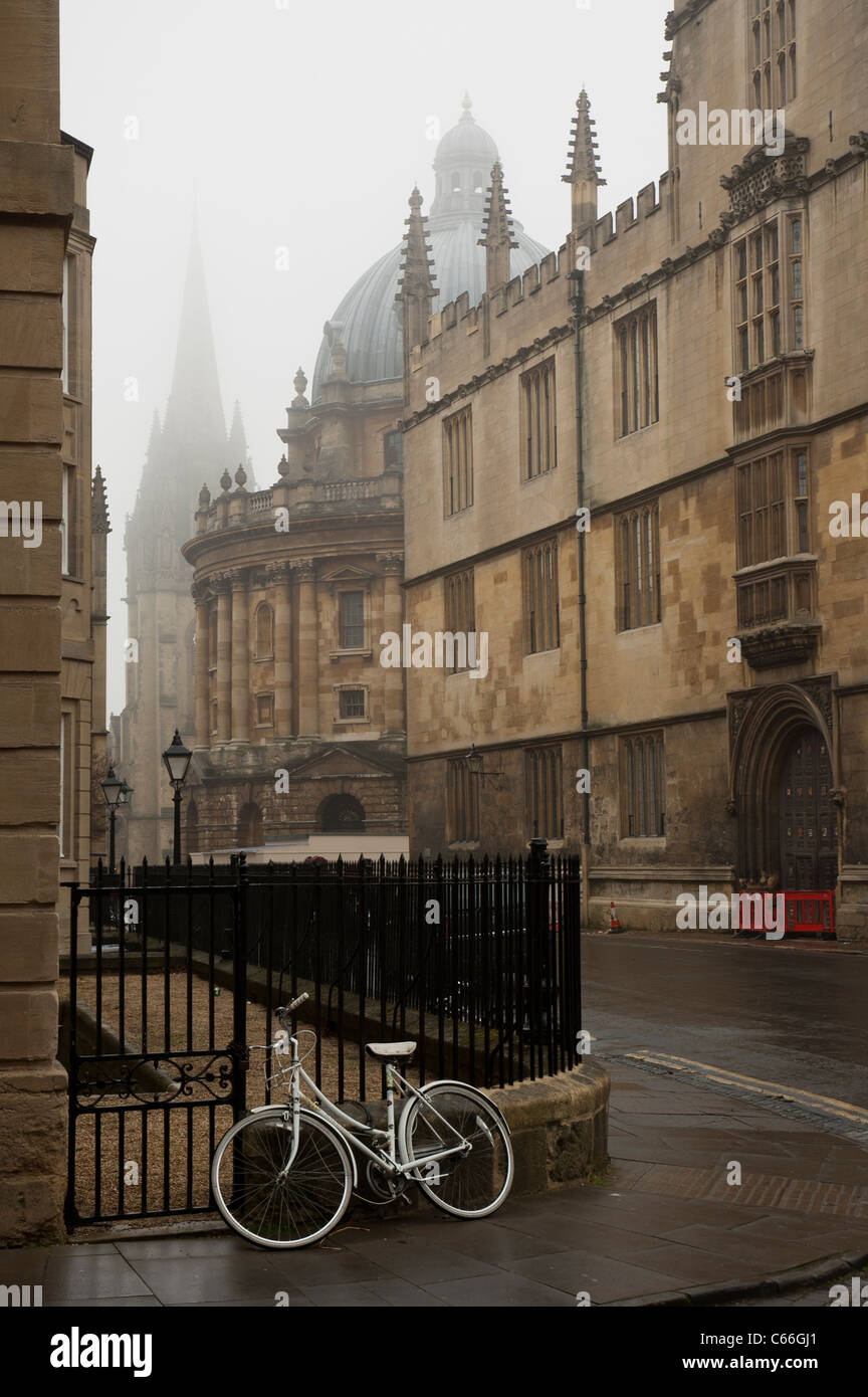 Quiet streets and Colleges of Oxford in a Foggy winter day. - Stock Image