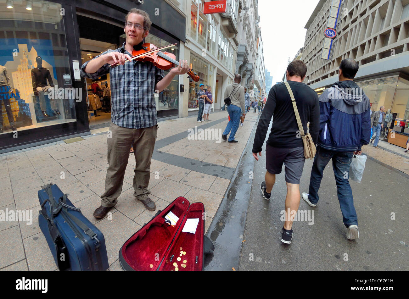 Brussels, Belgium. Busker in street playing the violin - Stock Image