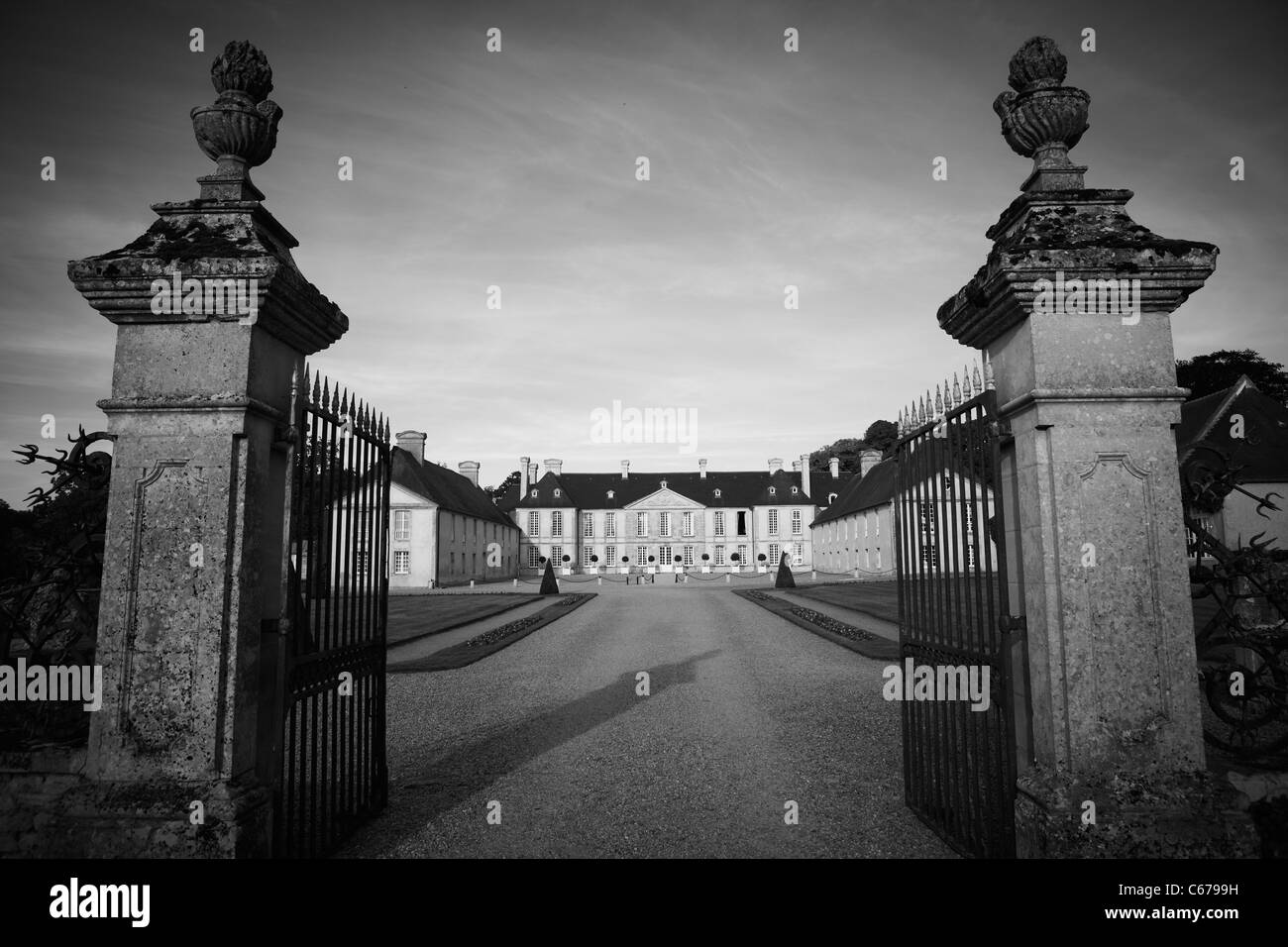 Driveway & gate to Château d'Audrieu and the surrounding grounds, Bayeux, Normandy - Stock Image