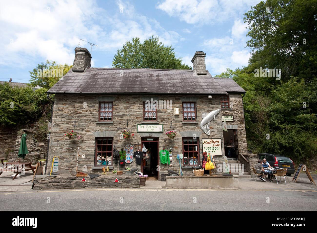Cenarth, Carmarthenshire, adjoining the Cenarth Falls, bordering Ceredigion and Pembrokeshire, West Wales.Photo:Jeff - Stock Image