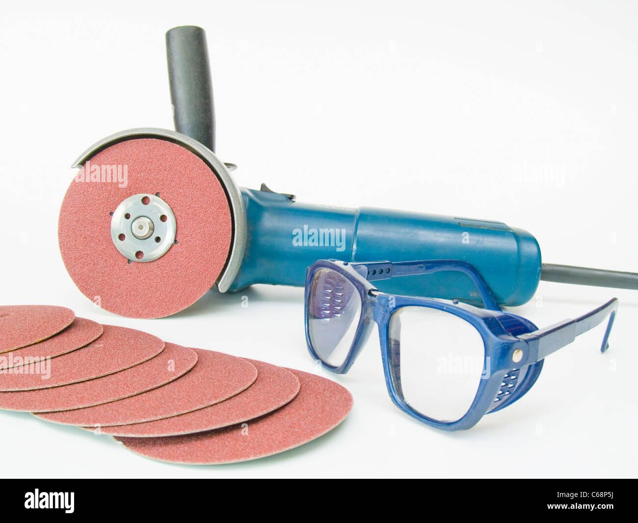 Winkelschleifer mit Schutzbrille und Schleifscheiben | Angle grinder with protection goggles and grinding discs - Stock Image