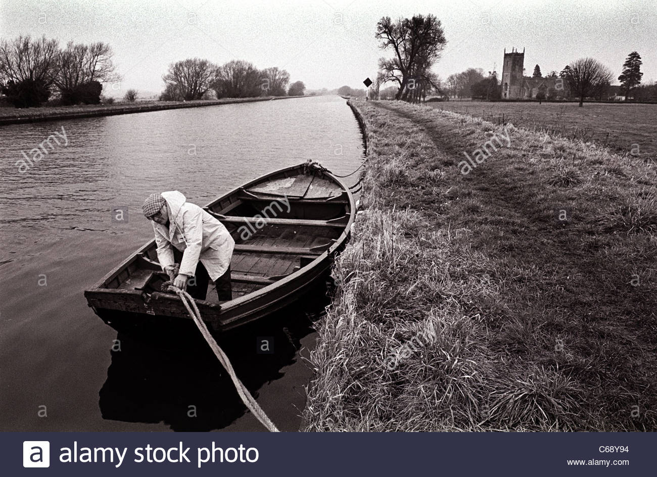 Boatman ties up his boat on the Gloucester and Sharpness Canal - Stock Image