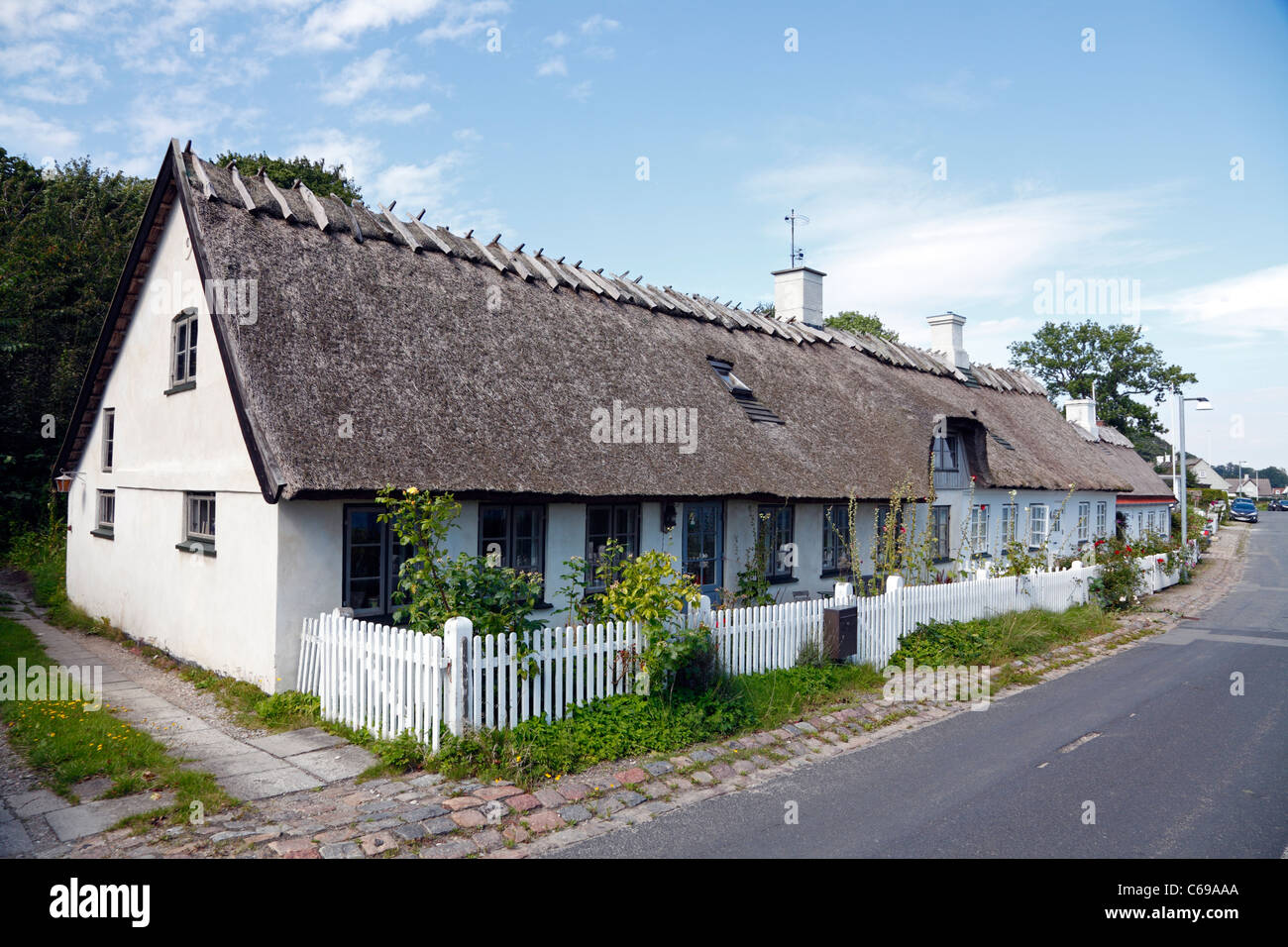 One of the very attractive whitewashed houses with thatched roofs north of Humlebæk Harbour at the old coastal - Stock Image