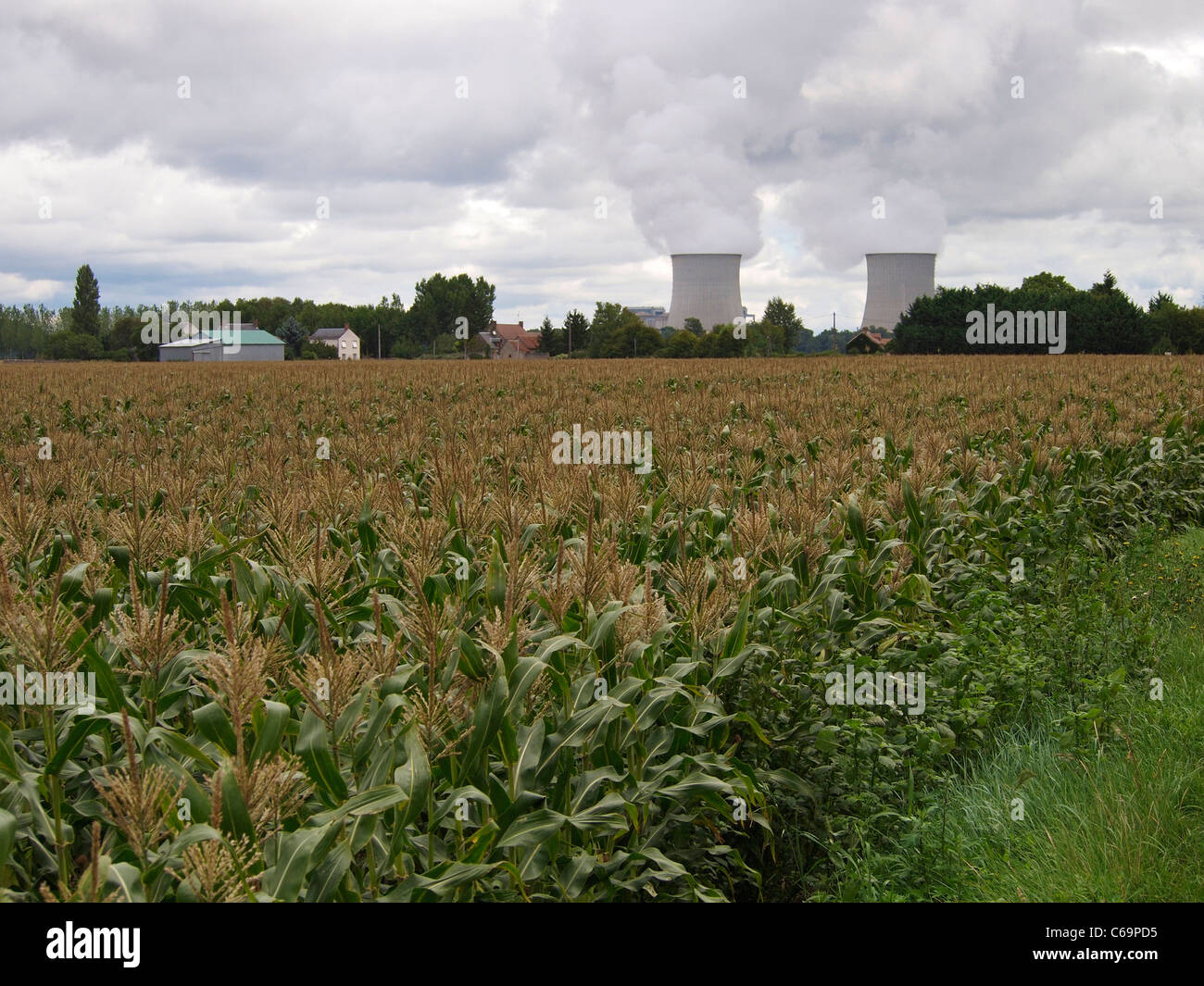 Along the Loire river there are many nuclear power stations. This one is in St. Laurent des Eaux, near Blois. France - Stock Image