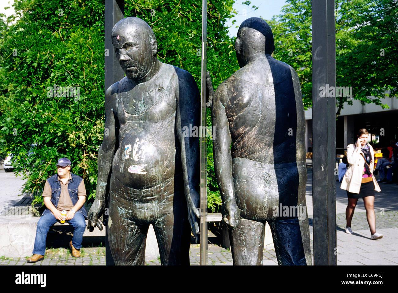 Bronze sculpture 'Mann in Drehtür' by Waldemar Otto (1986) in front of Goethe University at in Frankfurt - Stock Image