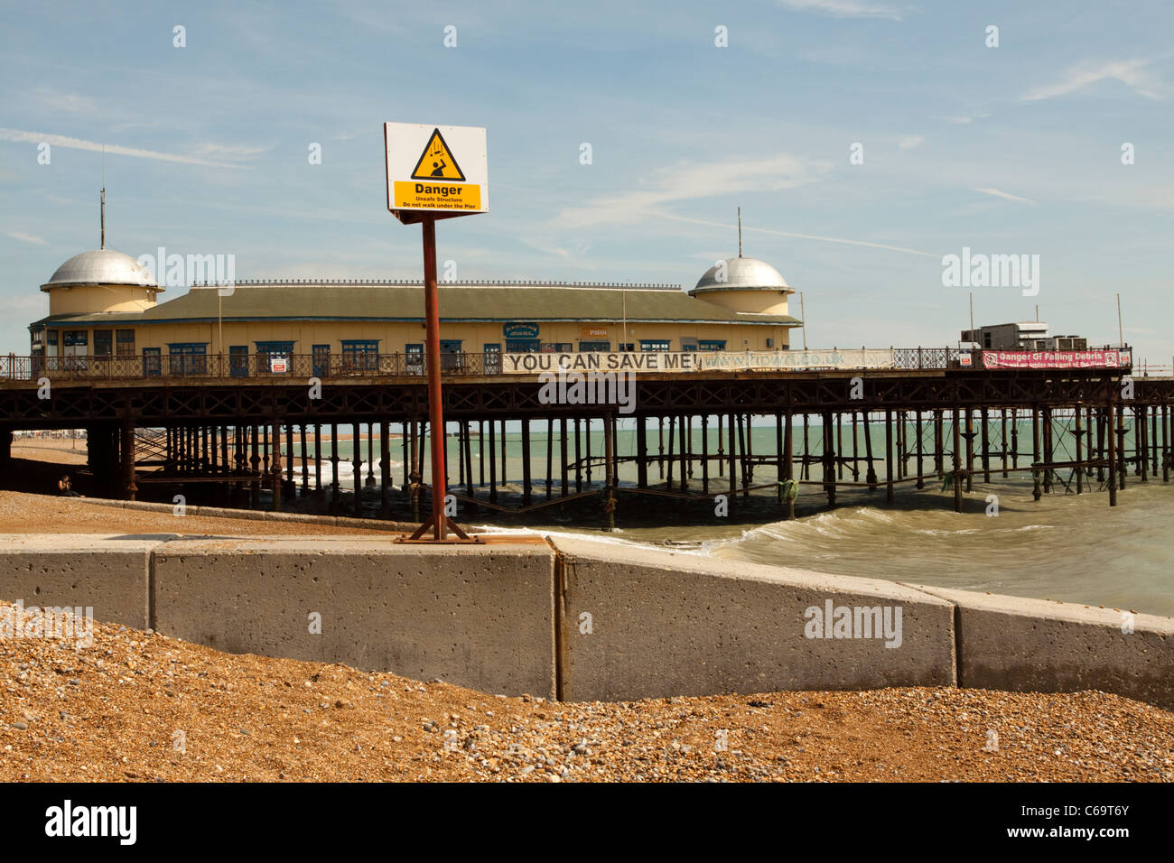 Hasting pier and beach/seafront, East Sussex, England, UK  The pier is now derelict after arson in 2010 - Stock Image