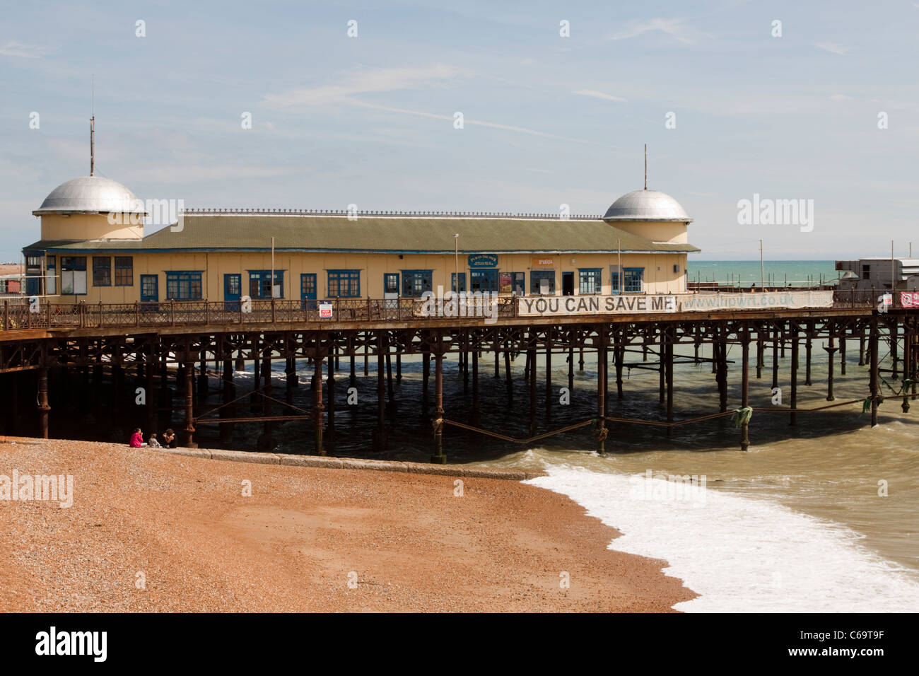Hasting pier and beach/seafront, East Sussex, England, UK.  The pier is now derelict after arson in 2010 - Stock Image