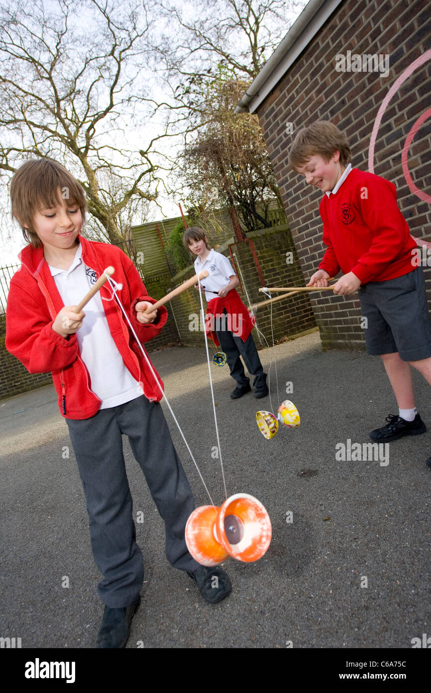 Diabolo playground craze at primary school, England, United Kingdom. Photo:Jeff Gilbert - Stock Image