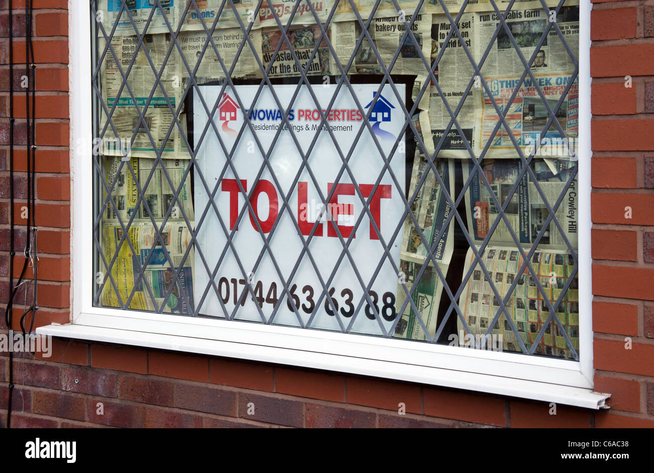A ' To Let ' sign in a house window,  merseyside, uk - Stock Image