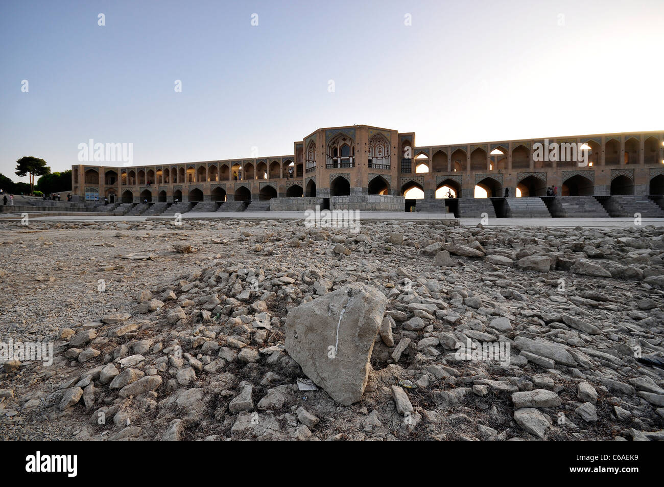 Dried riverbed of Zayandeh river with Khaju Bridge in background, Isfahan Iran. - Stock Image