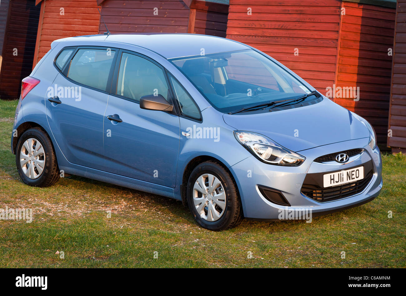 Hyundai iX20 11 reg blue hatchback estate compact MPV carbeach huts Intelligent Stop and Go ISG technology reduce - Stock Image
