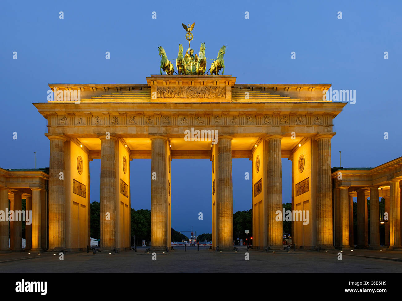 Brandenburg Gate, in the early morning twilight, Tiergarten, Mitte district, Berlin, Germany, Europe - Stock Image