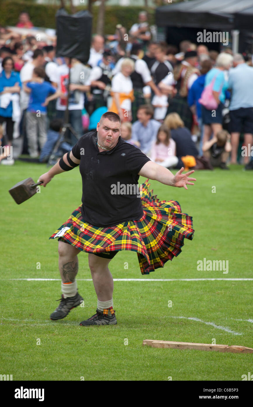 Kilted heavyweight athlete in the 'throwing a 56lb weight' competition, a 'heavy event' at Brodick - Stock Image