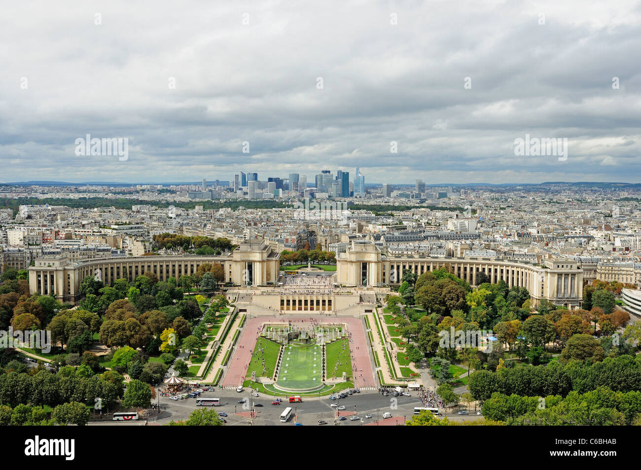 Gardens and esplanade du Trocadéro with the modern buildings of La Defense on the background. Paris, France. - Stock Image
