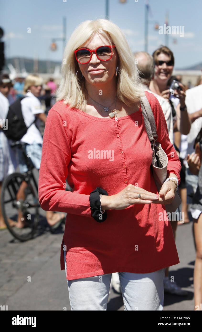 Amanda Lear Deutsch amanda lear shopping for magazines on a sunny day in st