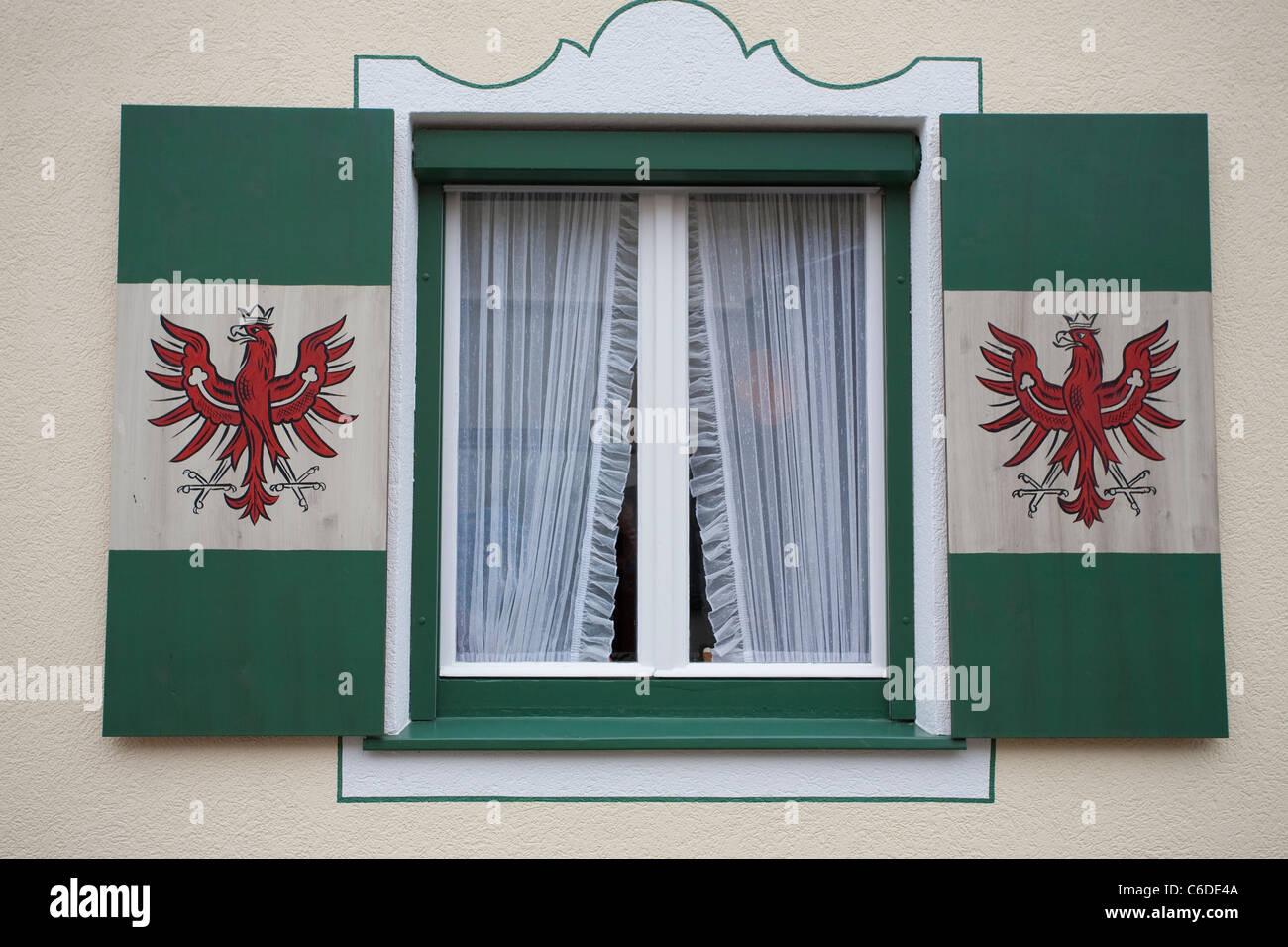 Fensterlaeden mit aufgemaltem Tiroler Landeswappen, Vorderlanersbach, Windows shutter with Tirol emblem, red eagle - Stock Image