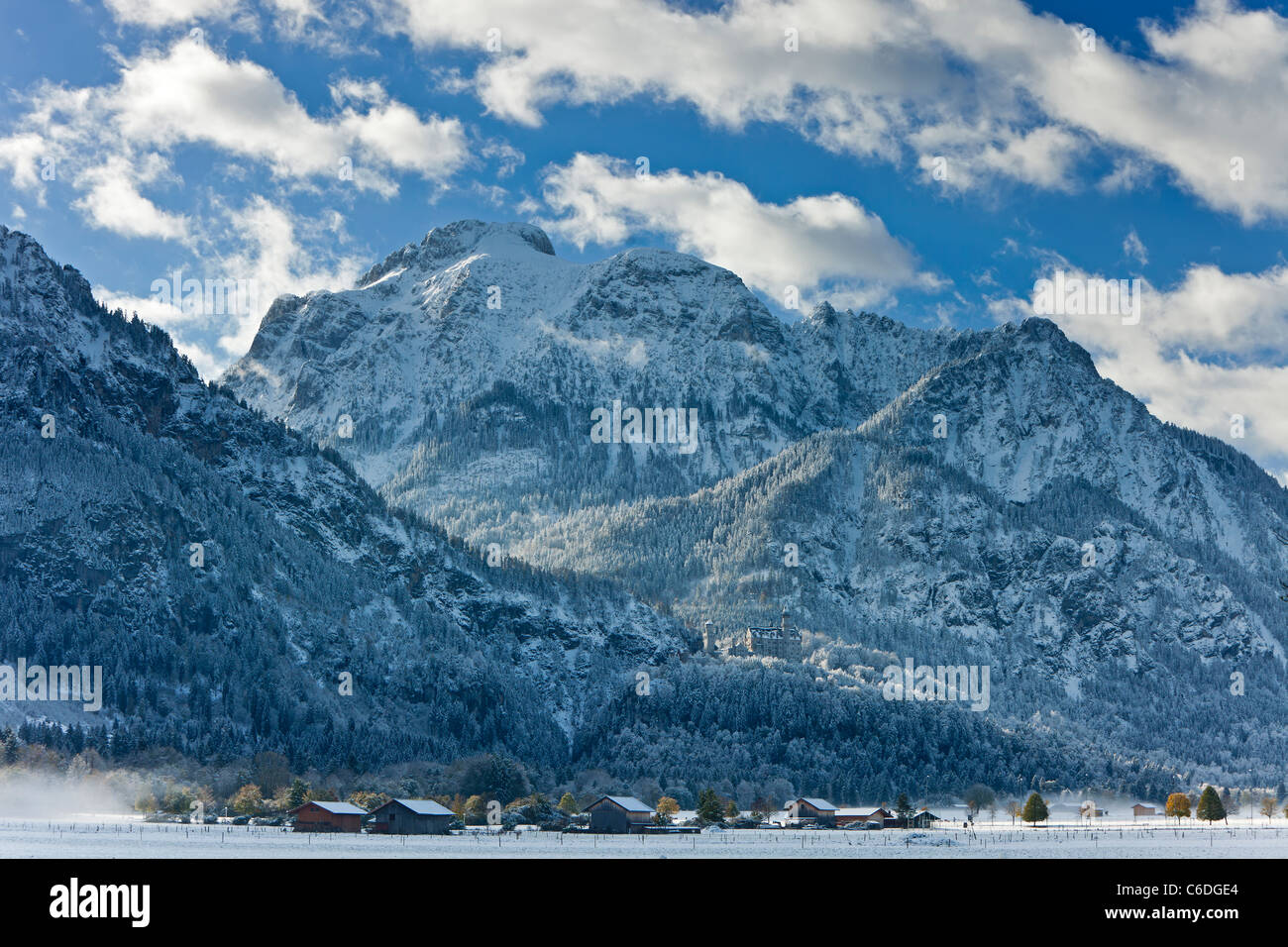 Germany, Bavaria, Oberbayern, Snowy mountains surrounding Neuschwanstein Castle - Stock Image