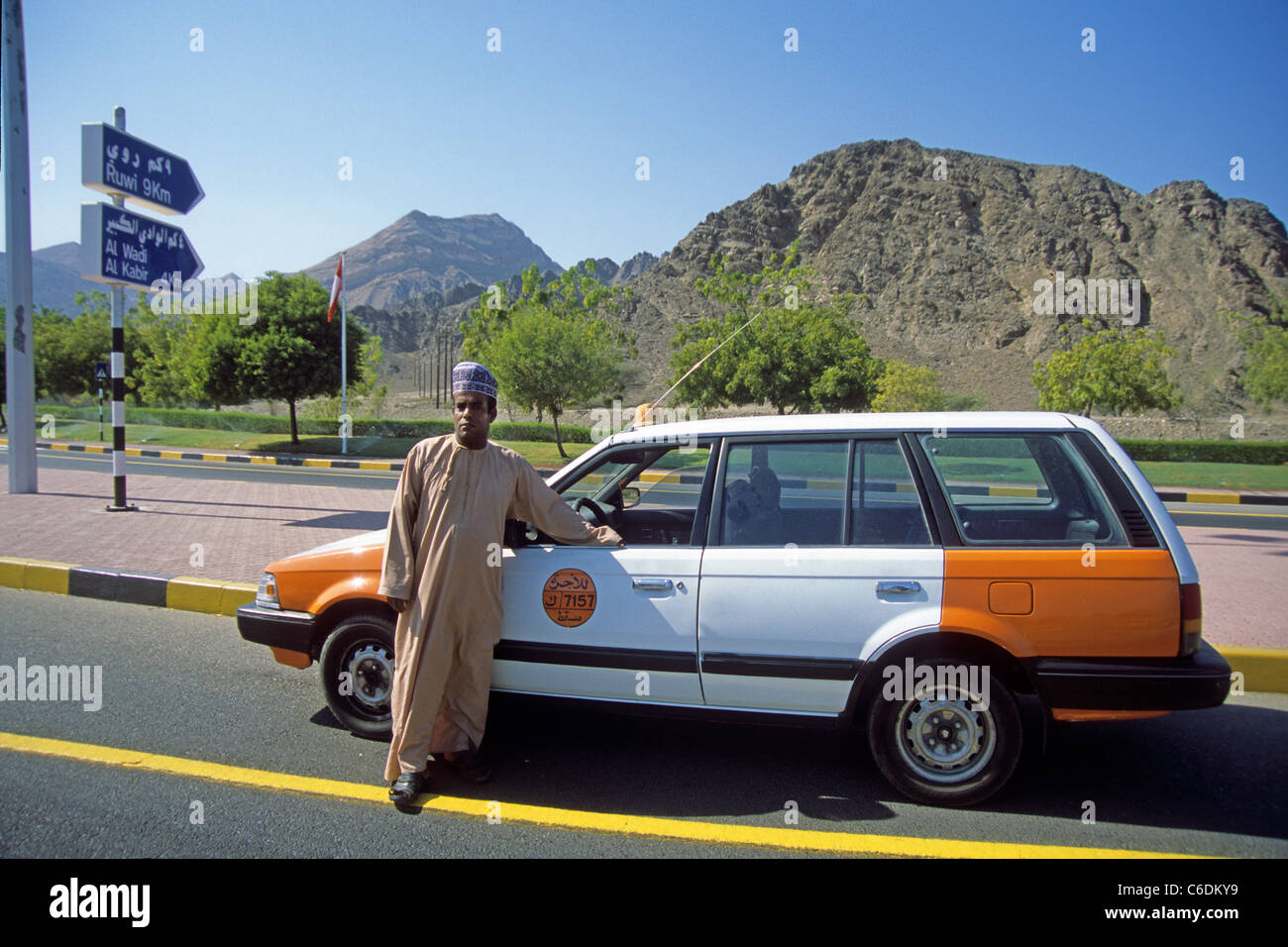 Taxifahrer und Taxi, Muscat, Taxi driver with his taxi, Muscat - Stock Image