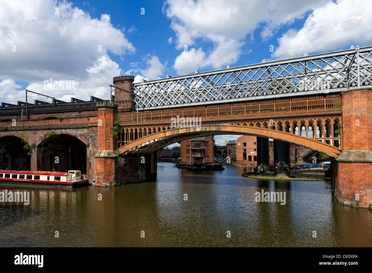 Rail bridge spanning the Bridgewater Canal in central Manchester - Stock Image