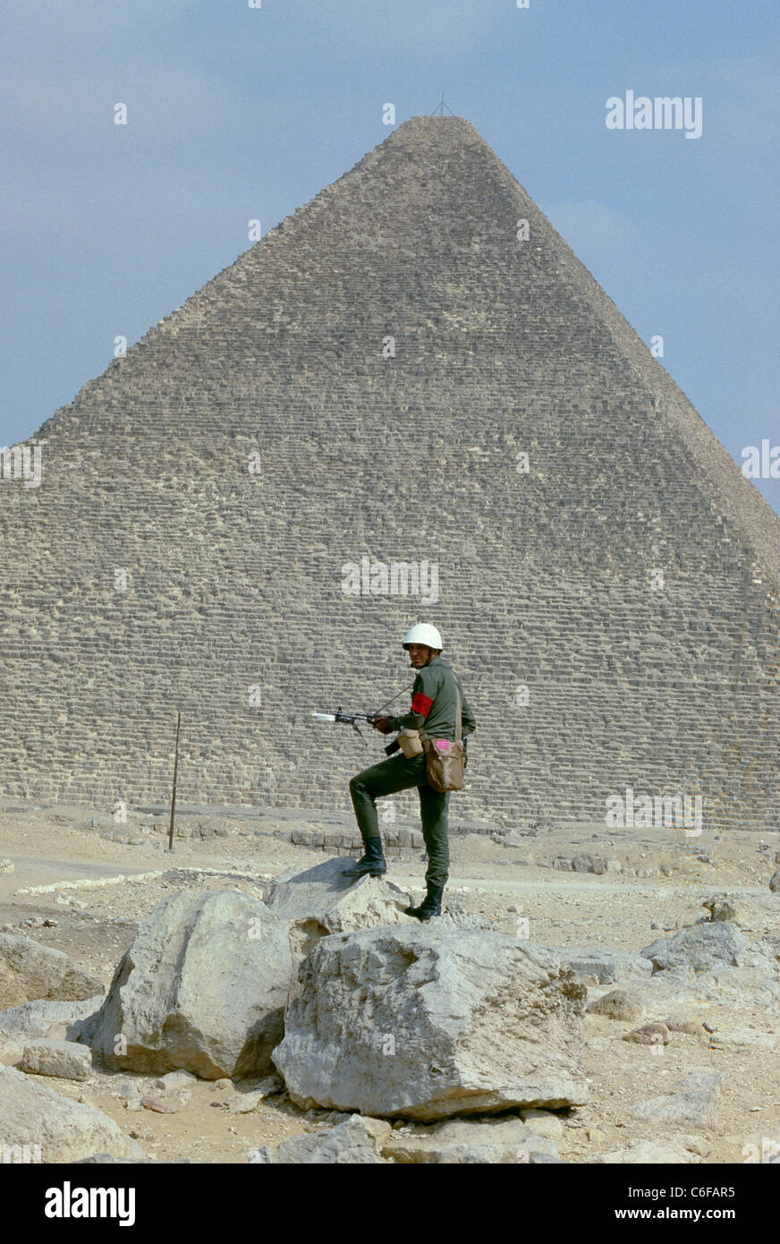 An Egyptian soldier stands guard at the The Great Pyramids of Giza following riots by the Central Security Forces - Stock Image