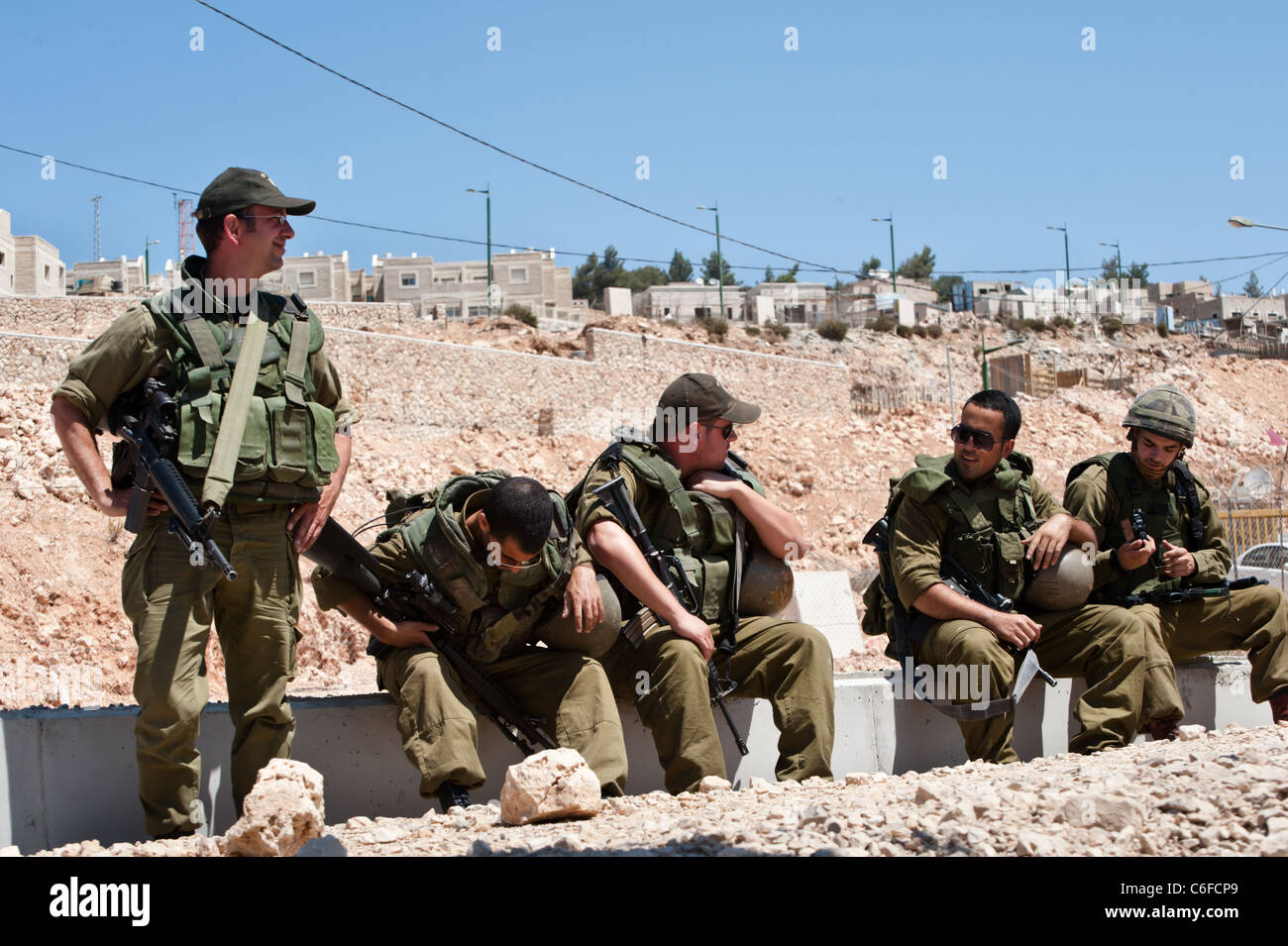 Israeli soldiers stand in front of the Jewish settlement of Har Gilo. - Stock Image