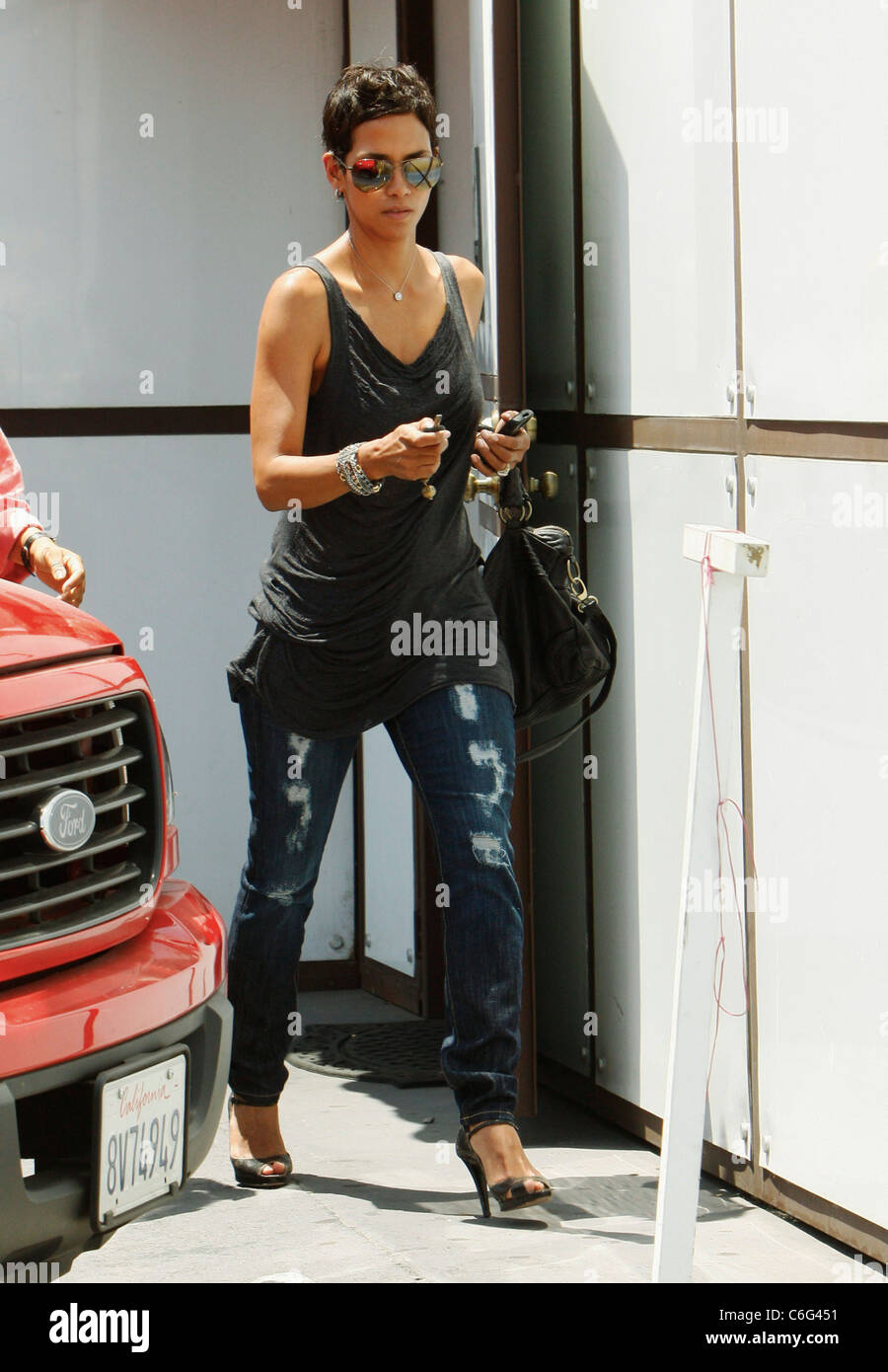 Halle Berry Stops By At The Hair Shop A Wig And Hair Extension