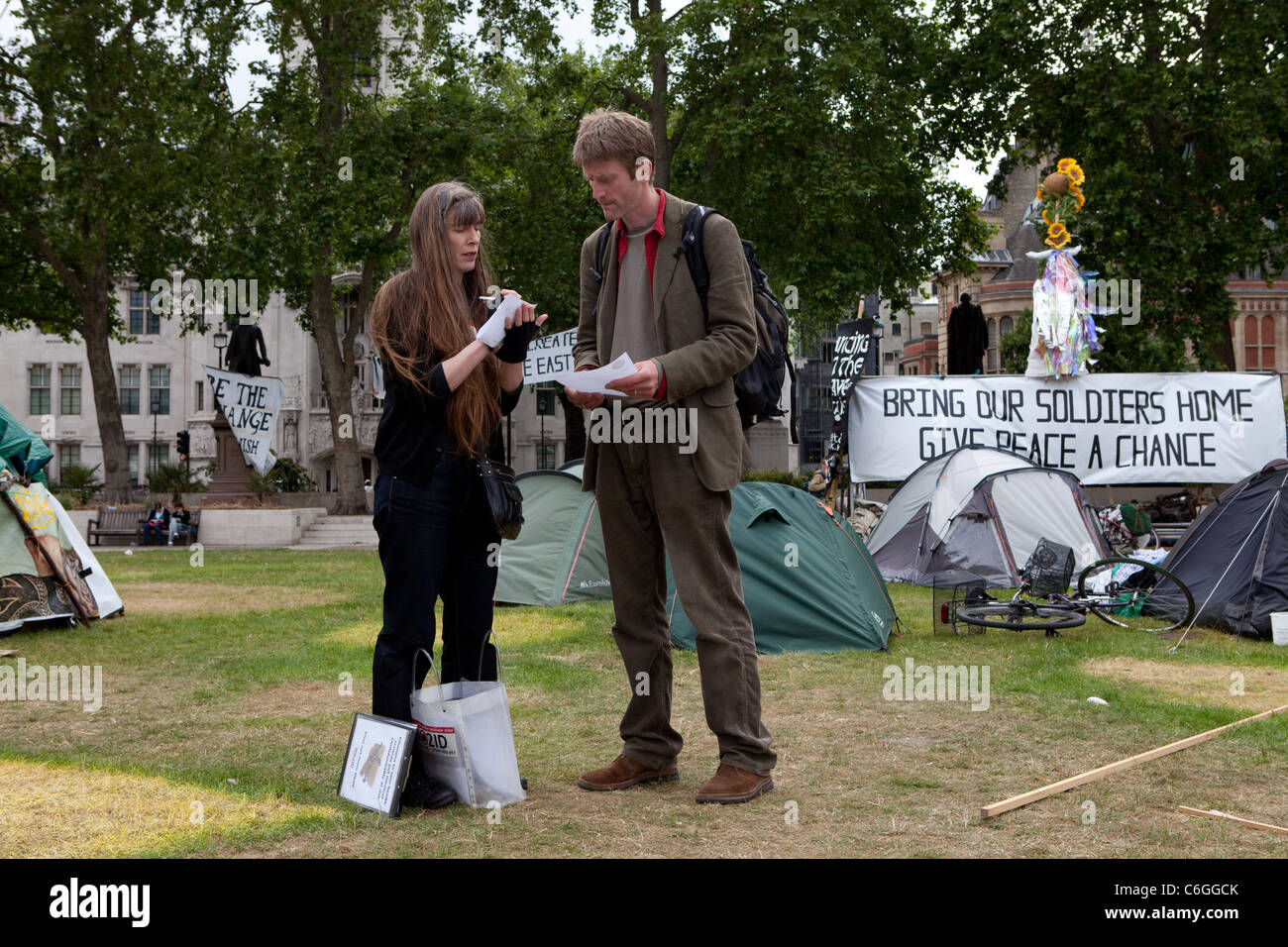 A campaigner for NO2ID talks to people at Democracy Village about new laws that threaten medical confidentiality. - Stock Image