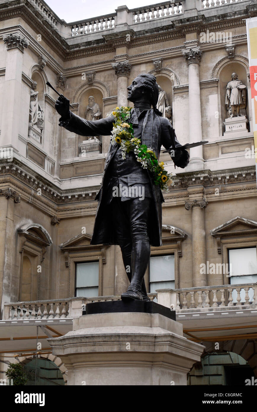 Garlanded statue of Sir Joshua Reynolds in the courtyard of the Royal Academy of Arts, Piccadiliy, London - Stock Image