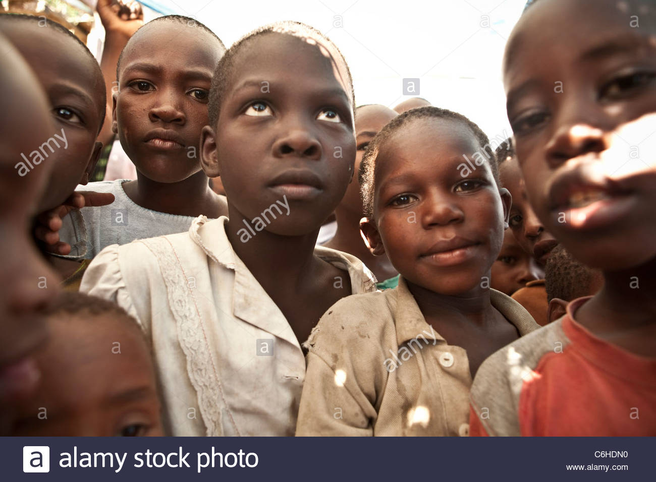 Children waiting outside a food distribution center - Stock Image