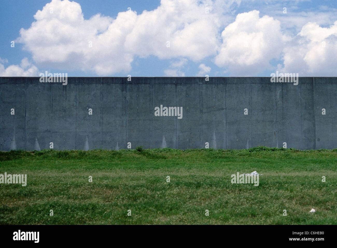 Levee wall in New Orleans' Lower Ninth Ward. - Stock Image