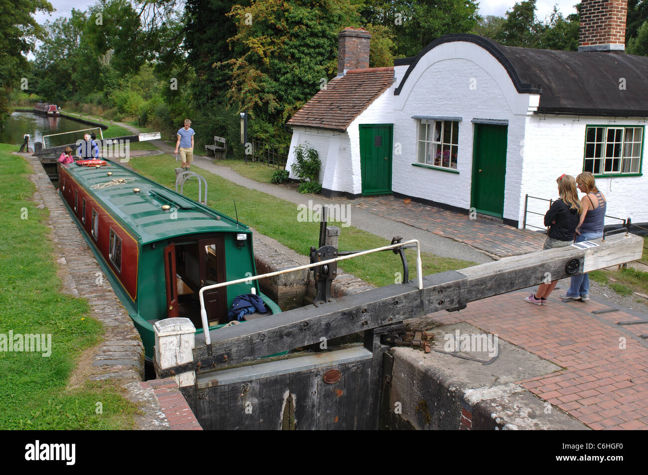 Barrel-roofed cottage and lock on the Stratford Canal at Lowsonford, Warwickshire, UK - Stock Image