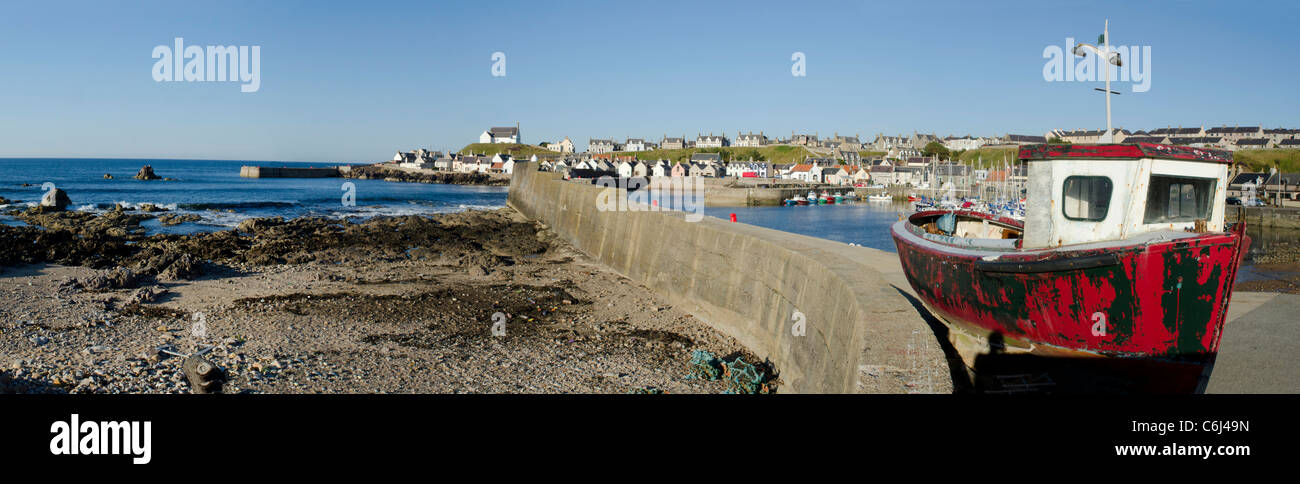 Panoramic view of the West Pier in Findochty Harbour with old red boat - Moray Coast - Stock Image