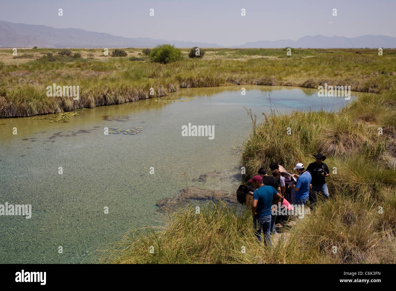 Tourists taking pictures at the Poza Azul in Cuartocienegas, Mexico. - Stock Image