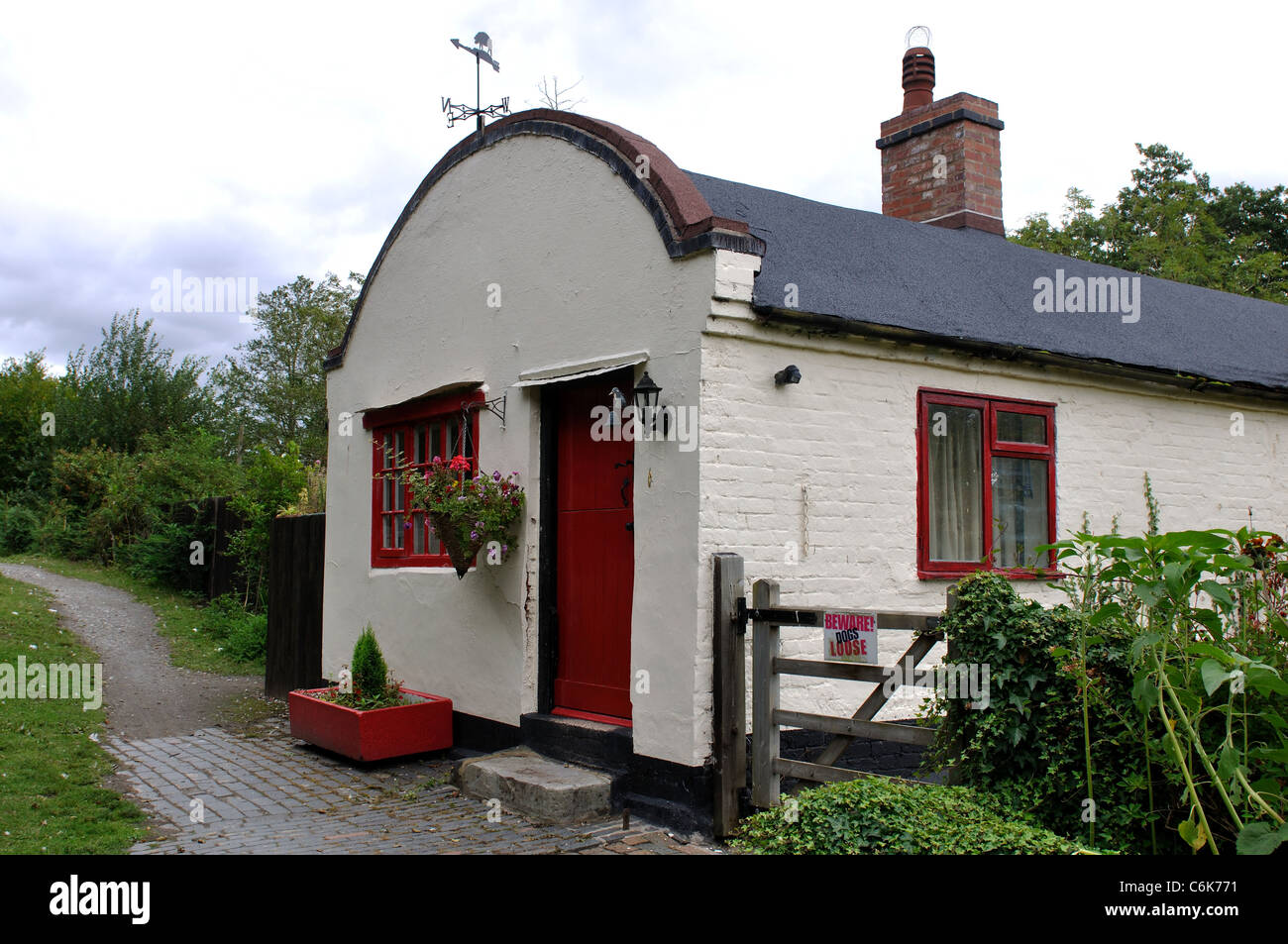 Barrel-roofed cottage by lock 28 on the Stratford Canal, Warwickshire, UK - Stock Image