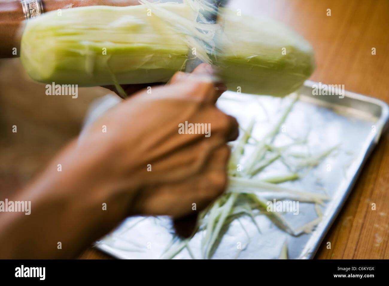 Peeling green papaya - Stock Image